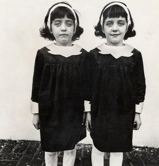 Diane Arbus, Identical twins, Roselle, NJ 1966 (archives.evergreen.edu) - Street Photography